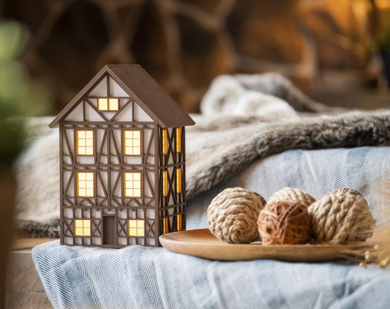 Домик-светильник создан из дерева и в стиле «Фахверк»
