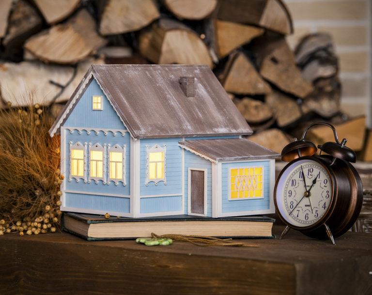 Домик-светильник создан по образу русского деревенского домика